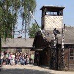 Devant l'entrée d'Auschwitz 1